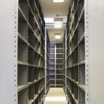 Pasillos de estanterias metálicas